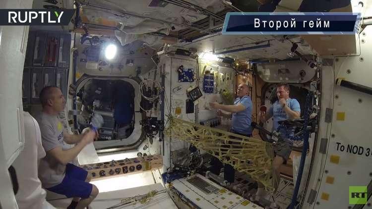 شاهد كيف يلعب التنس طاقم المحطة الفضائية الدولية في ظروف انعدام الجاذبية