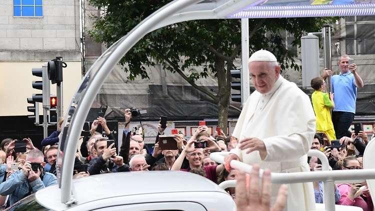 البابا فرنسيس يعترف