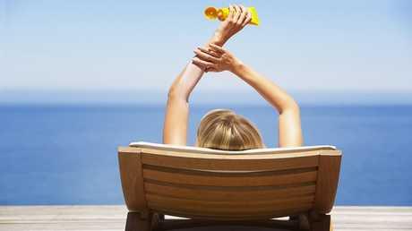 لماذا لا تجب السباحة عند وضع كريم الحماية من الشمس!