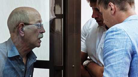فيكتور كودريافتسيف (يسار الصورة) في قفص الاتهام