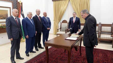 نبيل أبو ردينة يؤدي اليمين القانونية أمام الرئيس الفلسطيني محمود عباس