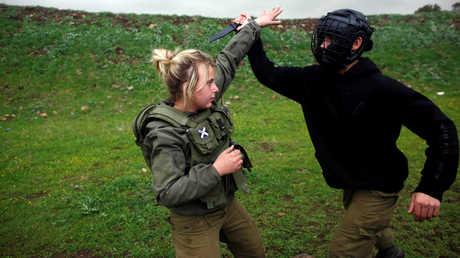جندية إسرائيلية أثناء  التدريب
