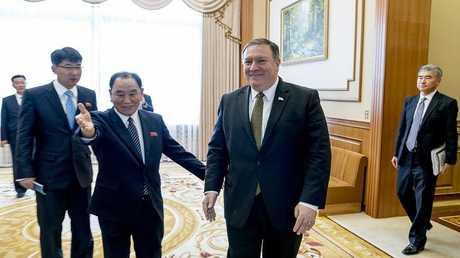 وزير الخارجية الأمريكي مايك بومبيو مع المفاوضين الكوريين الشماليين