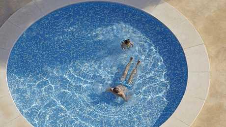 بكتيريا كامنة في أحواض السباحة تسبب أمراضا قد تكون قاتلة
