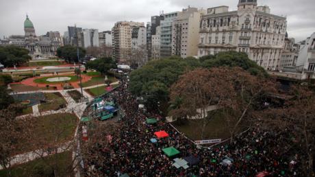 مظاهرة حاشدة لداعمي تشريع الإجهاض، وسط العاصمة الأرجنتينية.