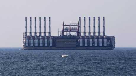 باخرة كهرباء تركية في مرفأ جيه اللبناني