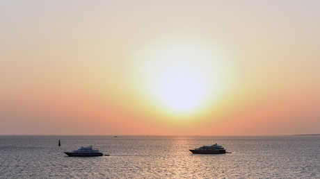 مركبان سياحيان في مياه البحر الأحمر قرب الغردقة