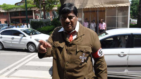 نارامالي سيفابراساد يدخل البرلمان الهندي متنكرا بزي هتلر