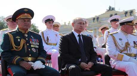 بوتين وشويغو خلال حضور الاحتفالات بيوم البحرية الروسية في سان بطرسبورغ، 29 يوليو 2018