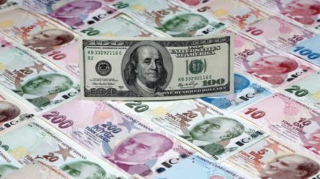 ورقة نقدية من فئة 100 دولار على خلفية اللير التركية