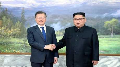 مون جيه-إن وكيم جونغ أون خلال قمتهما في بانمونجوم، كوريا الشمالية، 26 مايو 2018