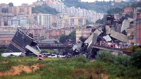انهيار جسر للسيارات في جنوى الإيطالية