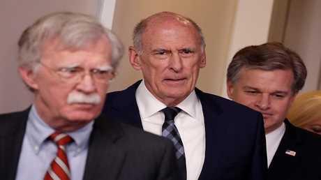 جون بولتون ومدير المخابرات القومية الأمريكية دان كوتس ومدير مكتب التحقيقات الفيدرالية كريستوفر وراي، في البيت الأبيض، 2 أغسطس 2018