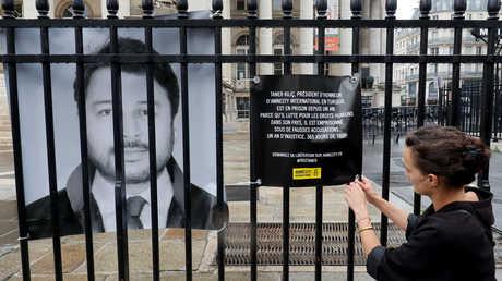 لافتة بطلب الإفراج عن تانر كيليك