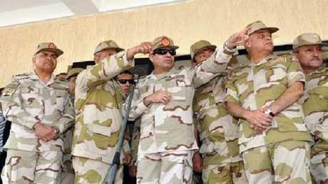 الرئيس المصري بزي الجيش المصري