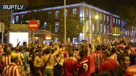 فرحة مشجعي أتليتيكو مدريد بعد تتويج الفريق بكأس السوبر الأوروبية