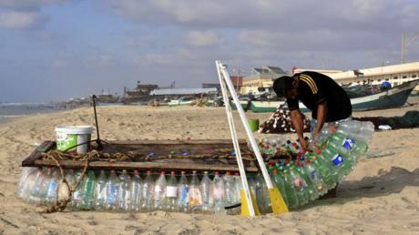 قارب الصياد معاذ على شاطئ رفح.
