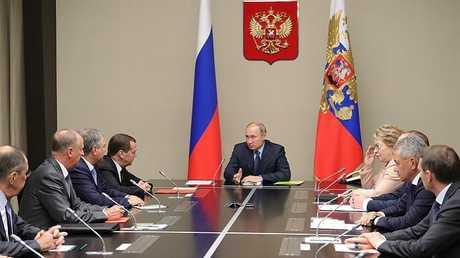الرئيس فلاديمير بوتين يجري اجتماعا مع أعضاء مجلس الأمن الروسي (أرشيف)