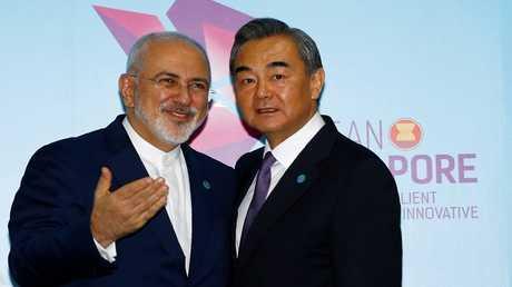 وزيرا الخارجية الصيني وانغ يي والإيراني محمد جواد ظريف (صورة من الأرشيف)