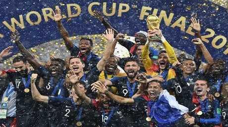 مشجعون فرنسيون يصطفون للحصول على قميص