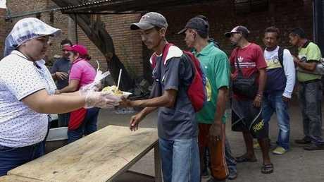 توزيع الطعام على لاجئين فنزويليين في كولومبيا