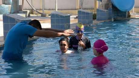 فتيات يتعلمن السباحة في مدينة الموصل بالعراق