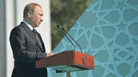 الرئيس الروسي فلاديمير بوتين يلقي كلمة في حفل إعادة افتتاح جامع موسكو بعد ترميمه عام 2015.