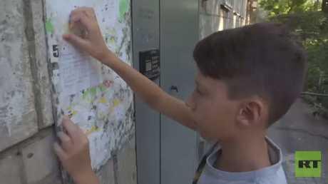طفل في الـ13 من عمره يشفي أمه من آثار الجلطة بإعلان دوّنه بخط يده