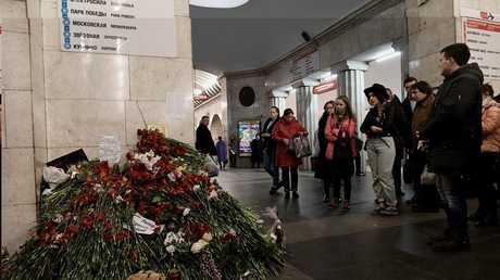 مواطنون يضعون أكاليل زهور في محطة مترو في سان بطرسبورغ شهدت تفجيرا انتحاريا
