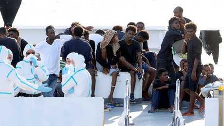 """مهاجرون """"محتجزون"""" في سفينة إيطالية يضربون عن الطعام"""