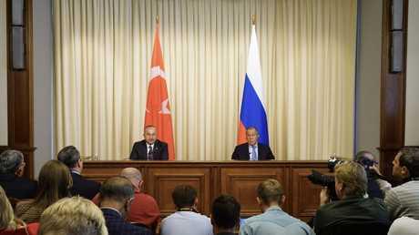 وزيرا الخارجية الروسي سيرغي لافروف والتركي مولود جاويش أوغلو