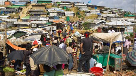 لاجئون من الروهينغا في أحد المخيمات لهم في بنغلاديش