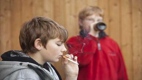 التدخين وتناول المشروبات الكحولية يسبب أضرار بصحة المراهقين