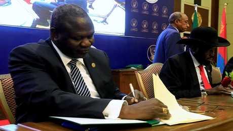رئيس جنوب السودان سلفا كير وزعيم المتمردين رياك مشار يوقعان على اتفاق وقف إطلاق النار وتقاسم السلطة في الخرطوم في 5 أغسطس 2018