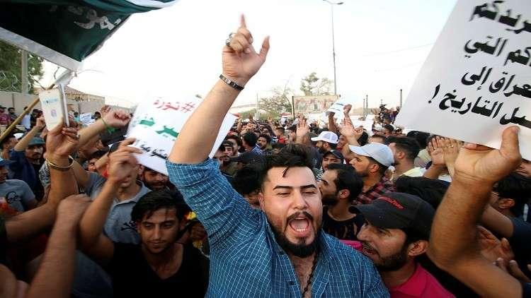 احتشاد عشرات المتظاهرين عند حقل نهر بن عمر النفطي في البصرة