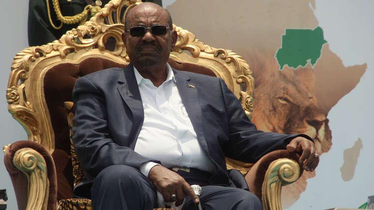 البشير يقرر حل الحكومة السودانية ويعين رئيسا جديدا للوزراء