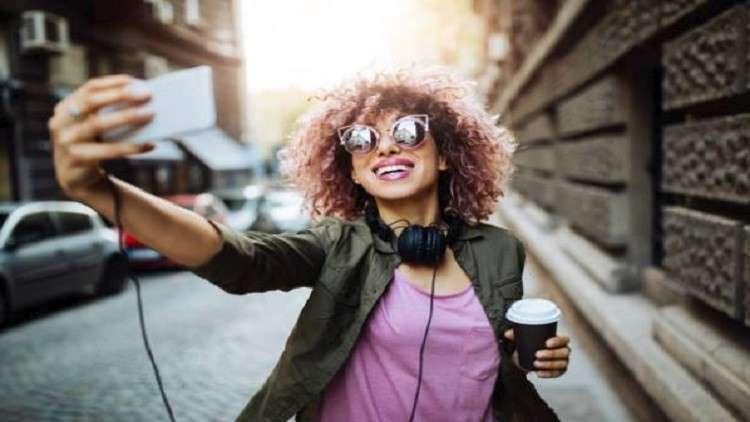 كيف تؤثر صور السيلفي على النساء؟