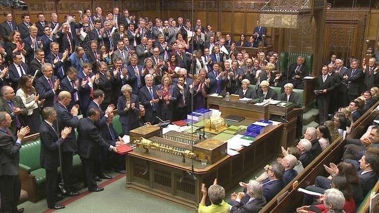 50 نائبا محافظا في البرلمان البريطاني يخططون للإطاحة بماي