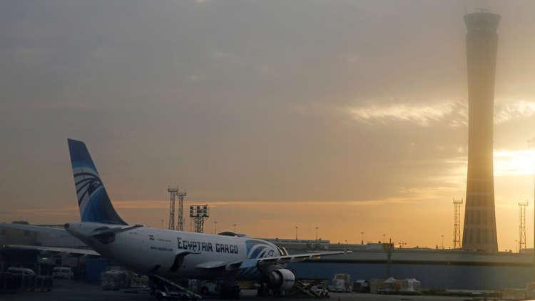 طائرة مصر للطيران تهبط بسلام في بلغراد بعد انفجار إطاراتها الخلفية
