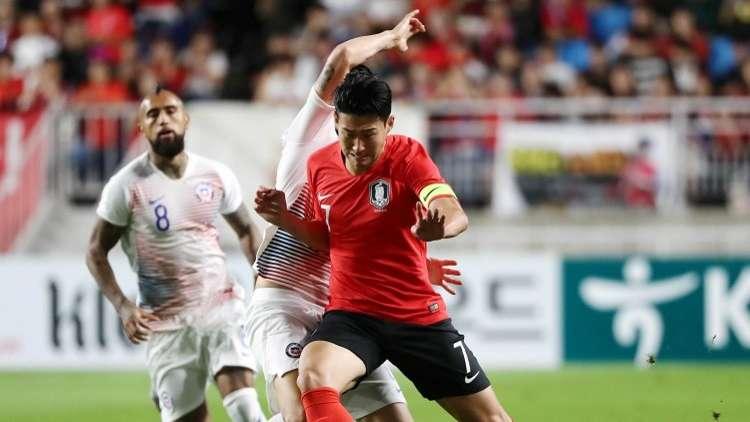 شاهد.. الكوري المعفو من الخدمة العسكرية يحرج لاعب برشلونة وزميله!