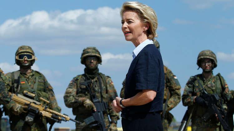 وزيرة الدفاع الألمانية، أورسولا فون دير لاين، إلى زيارتها إلى إحدى القواعد العسكرية في بلادها