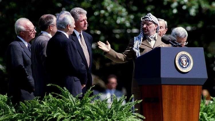شعث: أقنعت عرفات بالاستغناء عن القبلات في قمة واشنطن