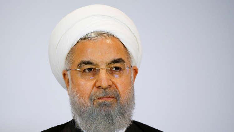 روحاني يبكي أعضاء الحكومة الإيرانية