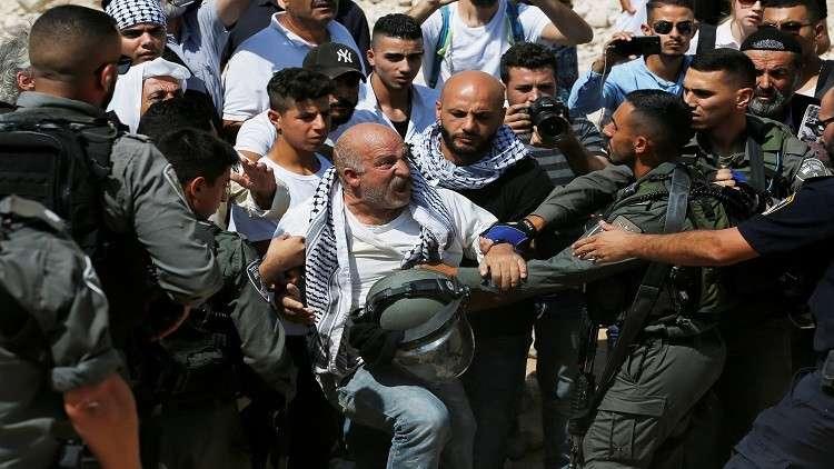 جنود إسرائيليون يعتدون على نشطاء مؤيدين للفلسطينيين في خان الأحمر