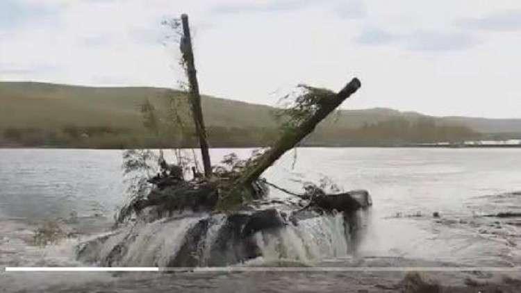 مشاهد شيّقة لعبور المدرعات الروسية العوائق المائية وبلوغ ضفاف العدو المفترض