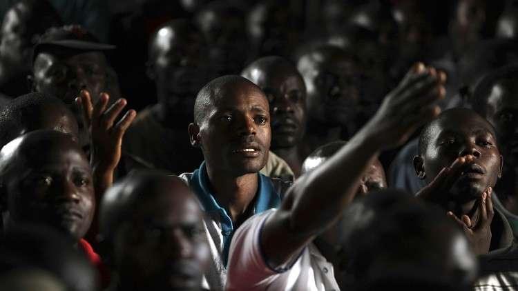 مشجع في الدوري الكيني يقتحم أرضية الملعب ويرفع مسدسه على لاعبي الفريق الخصم