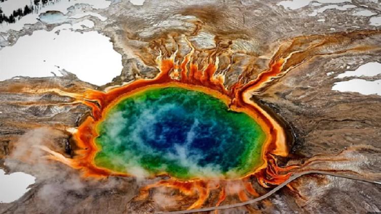 ينبوع حار بالقرب من البركان الهائل يلوستون يستفيق من سباته
