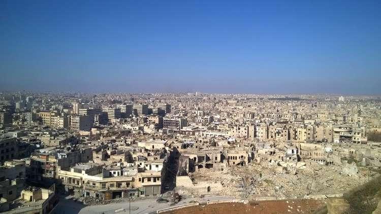 بالصور.. انفجارات تهز حيا سكنيا في حلب بصواريخ مجهولة المصدر