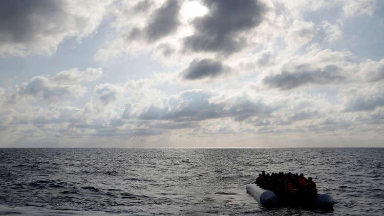 البحرية اللبنانية تنقذ من الغرق عشرات اللاجئين السوريين