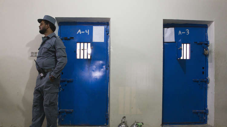سجين من طالبان يقتل حارسه أثناء أدائه الصلاة